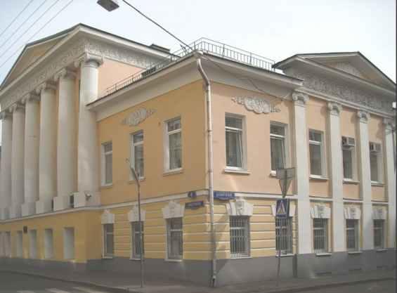 Москва. Старинное здание с колоннами в Сверчковом переулке